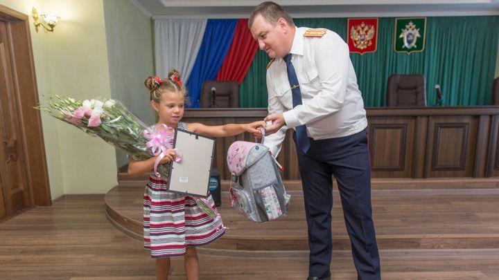 Крымские следователи наградили 7-летнюю тулячку, спасшую тонущего мальчика