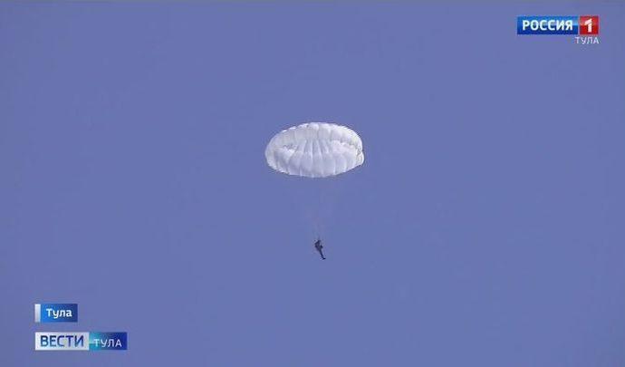 На аэродроме Клоково военнослужащие весеннего призыва совершили свой первый аэродинамический прыжок