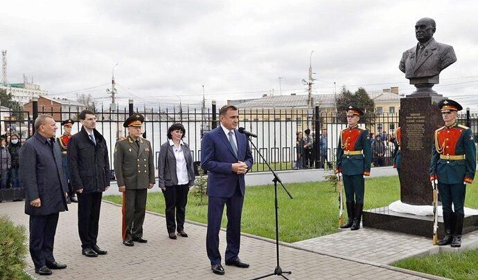 В День оружейника в Туле открыли бюст выдающегося тульского конструктора Николая Макаровца