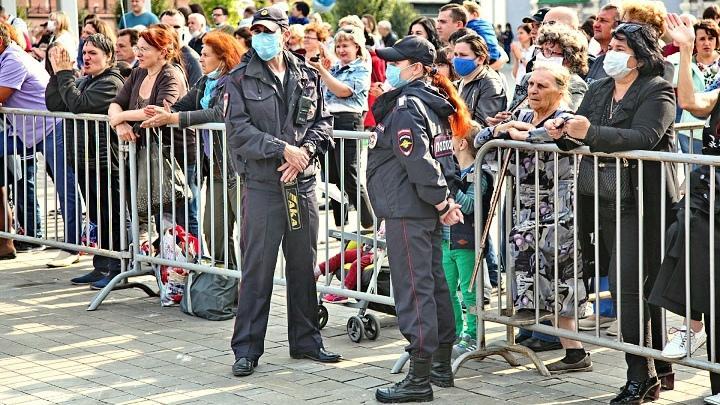 Полицейские на охране общественного порядка на мероприятии