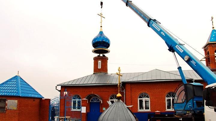 Установка куполов на храме в честь иконы Божией Матери «Живоносный источник» села Левинка Богородицкого района