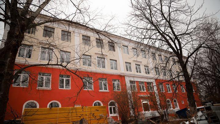 Глава администрации Тулы проконтролировал ход ремонта вечерней школы