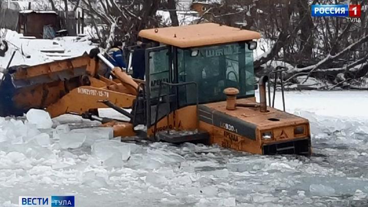 В Богородицке  коммунальщики утопили трактор в пруду
