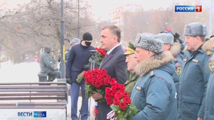 Алексей Дюмин возложил цветы к памятнику пожарным и спасателям в Москве