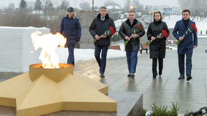 К комплексу «Памяти героев-энергетиков» легли цветы