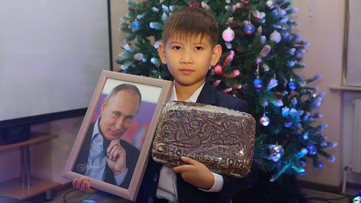 Киргизскому школьнику доставили из Кремля тульский пряник