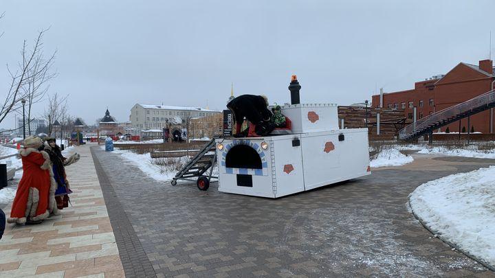 По Казанской набережной в Туле ездит настоящая печь