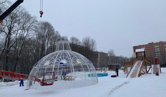 В Платоновском парке установили подросший «Новогодний шар»