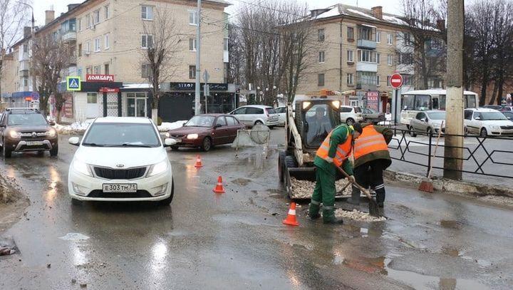 В Новомосковске начали латать дорожные ямы щебёнкой