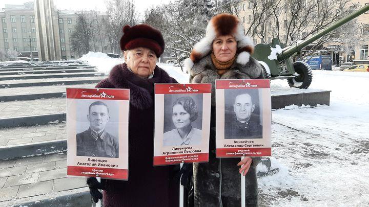 Активисты ОНФ подарили тулячке штендеры «Бессмертного полка»
