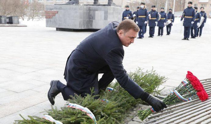 К Вечному огню на площади Победы в Туле легли цветы