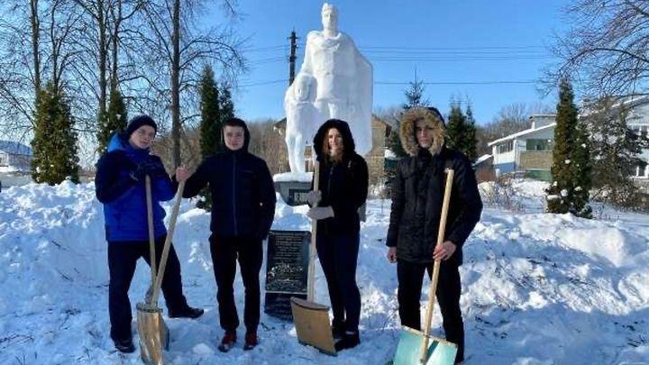 В Щёкинском районе волонтёры расчистили воинские мемориалы