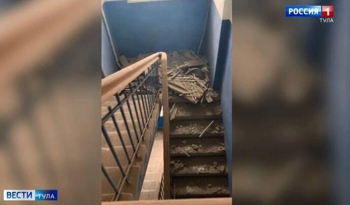 В Ясногорске в подъезде обрушился потолок