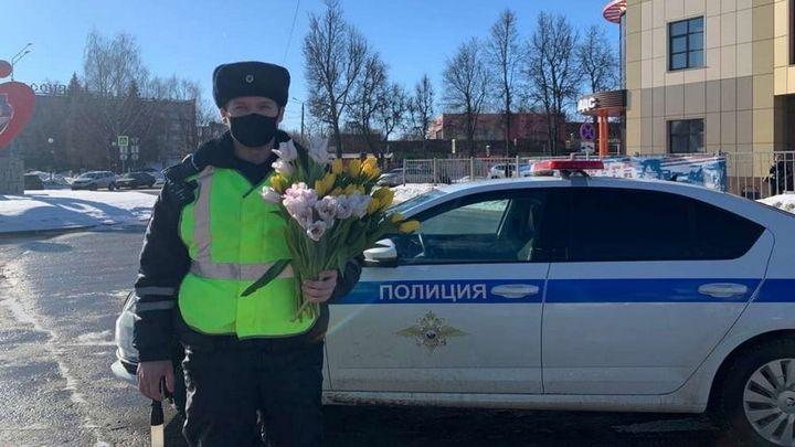 Цветы автоледи подарили новомосковские полицейские
