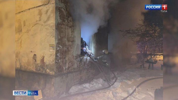 В Новомосковске загорелся расселенный барак