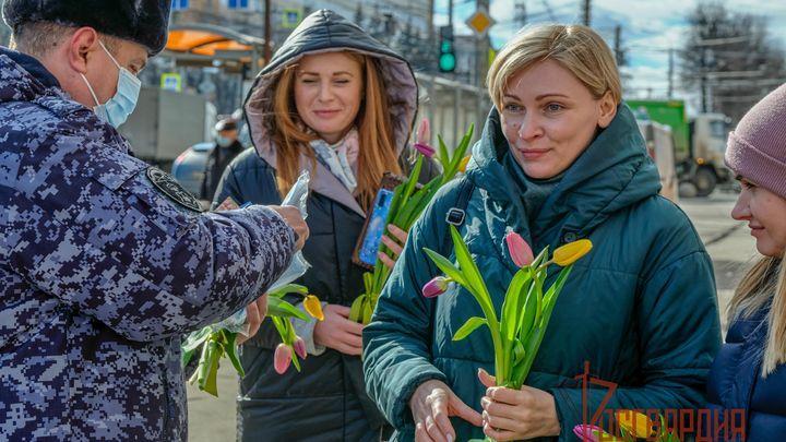 Тульские росгвардейцы вручили тулячкам цветы и маски