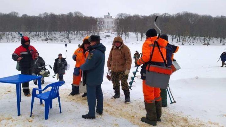 Любители зимней рыбалки вышли на лёд пруда в Богородицке