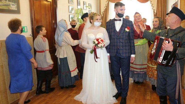 В Новомосковске отпраздновали масленичную свадьбу