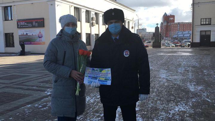Тульские транспортные полицейские с цветами встретили женщин на вокзале