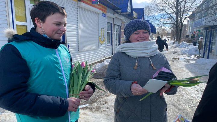 Сотни тюльпанов любимым женщинам подарили мужчины красивомечья