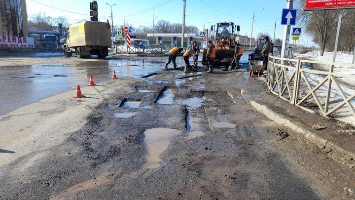 В Новомосковске ямочный ремонт делают круглосуточно