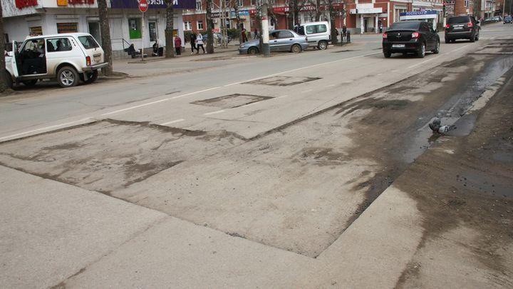 «Горяченький пошёл»: в Алексине начался ремонт дорог горячим асфальтом