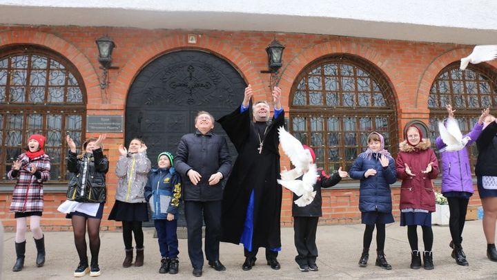 «На волю птичку выпускаю»: в Новомосковске отпраздновали Благовещение