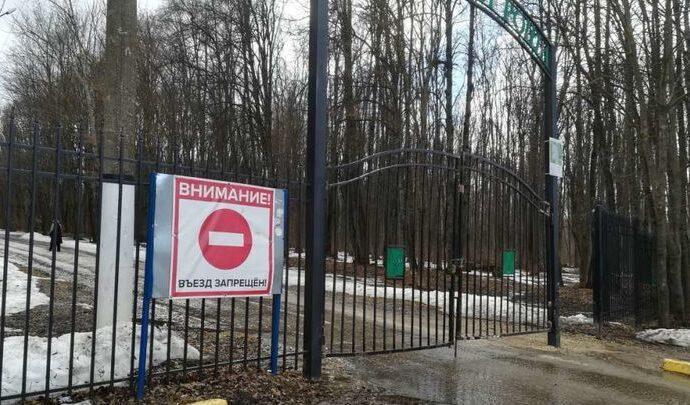 В Ефремове лихач снес центральные ворота в городской роще