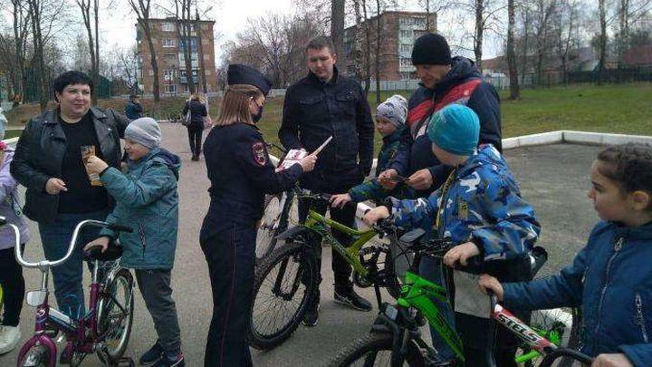 Юным суворовским велосипедистам напомнили об опасностях на дороге