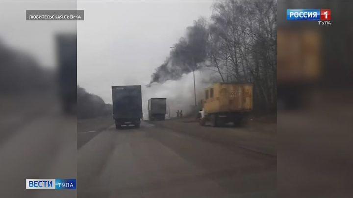 На Новомосковском шоссе загорелся большегруз