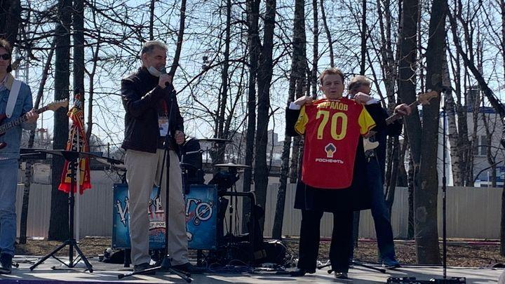 Тульские болельщики поздравили Аркадия Хоралова с 70-летием