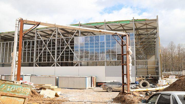 Строители обещают наверстать отставание от графика строительства футбольного манежа на Косой горе