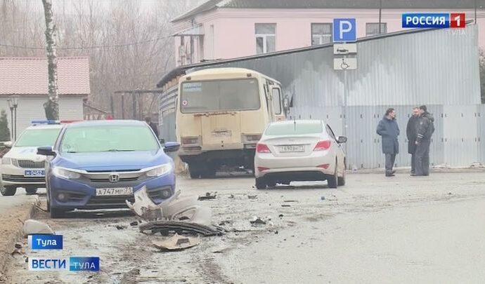 Служебный автобус с медиками в Туле протаранил две машины и улетел в стену