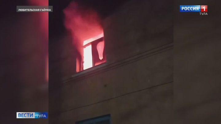 Два человека отравились продуктами горения во время пожара в Ленинском