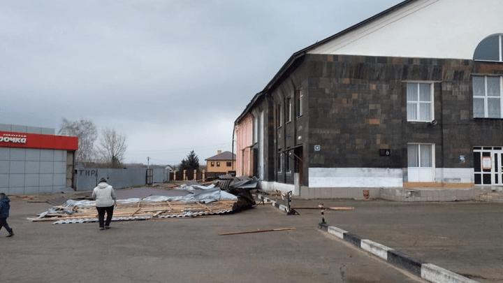 В Новомосковске у дома культуры снесло крышу