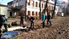 В усадьбе Федяшево волонтёры провели первый в сезоне субботник