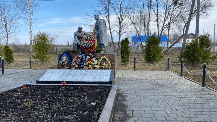 «Никто не забыт…»: волонтёры благоустроили братские могилы в нескольких районах губернии