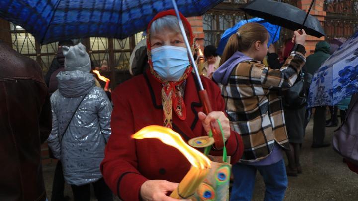 На Пасху жителям Новомосковска раздали благодатный огонь