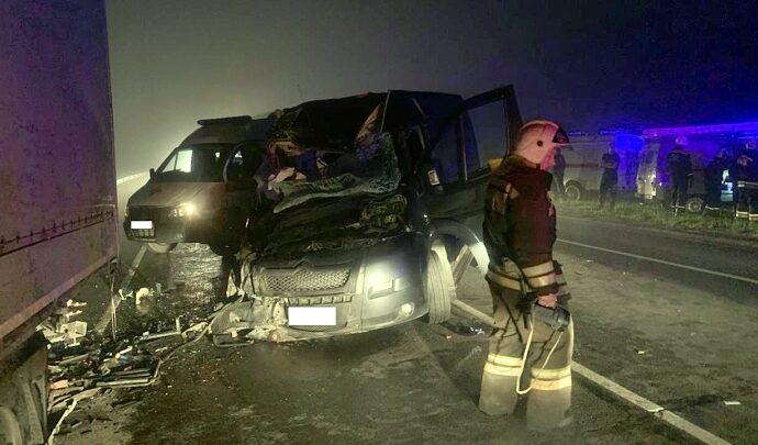 В Тульской области на трассе «Крым» микроавтобус врезался в стоящую фуру – одна погибшая и восемь пострадавших