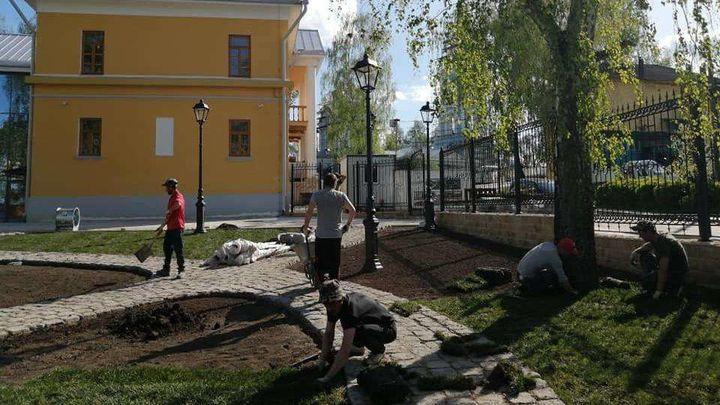 В сквере Музея земства в Крапивне разбивают цветники