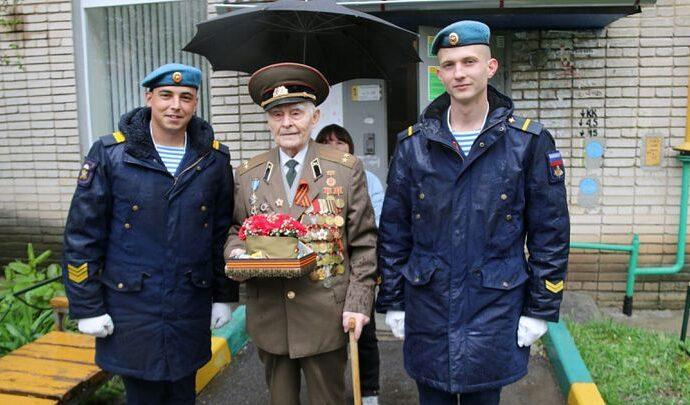 Тульские десантники устроили ветеранам личные парады