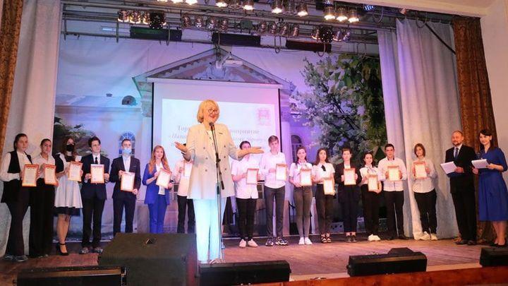 Перед Днём города в Новомосковске чествовали школьников и педагогов