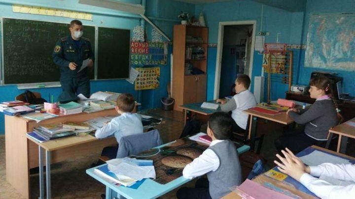 Ефремовские пожарные рассказали детям о каменном веке