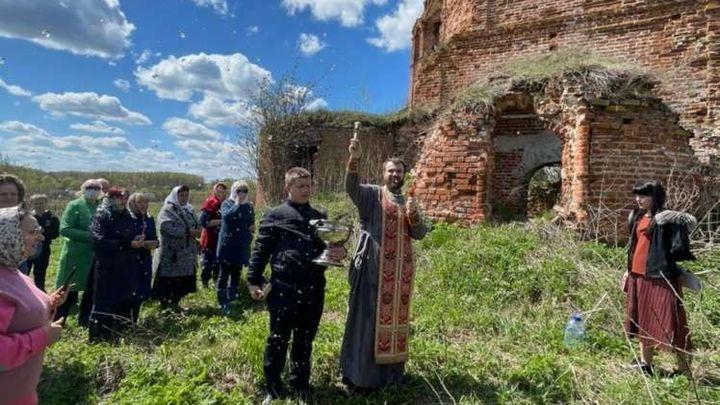 В Суворове отслужили молебен на развалинах храма