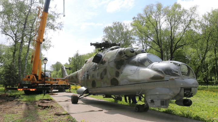 В новомосковском Парке Памяти и Славы приземлился советский вертолет