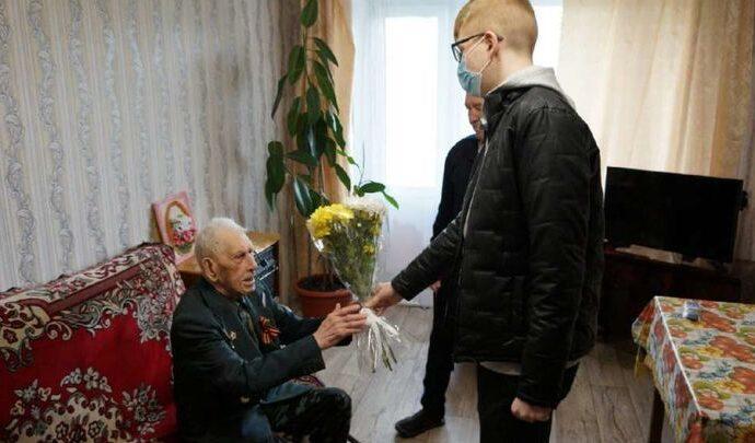Веневские волонтеры подарили ветерану «лучики доброты»