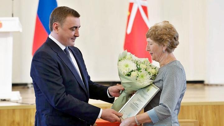 Алексей Дюмин поздравил и наградил соцработников