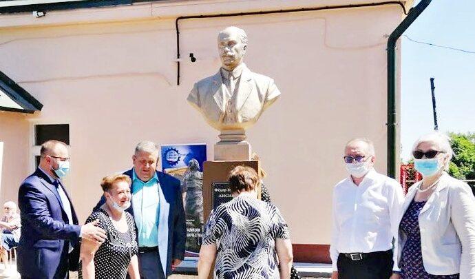 Памятник уездному врачу Фёдору Лисицыну открыли в Чекалине