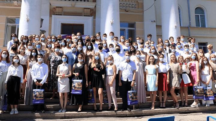 Больше 100 новомосковских выпускников получили медали