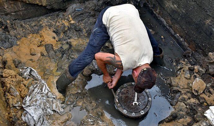 Установка заглушки водосброса пруда Полторы в деревне Грумант